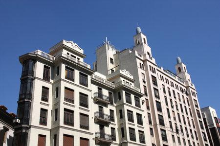 Los viejos edificios ornamentales en la Gran Vía en Madrid, España Foto de archivo - 10807612