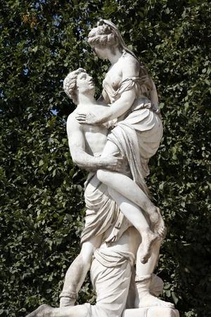 statue grecque: Vienne, Autriche - statue de l'enl�vement d'H�l�ne (mythologie grecque) dans les jardins de Sch�nbrunn, un site class� au patrimoine mondial de l'UNESCO. Banque d'images