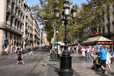 바르셀로나, 스페인 - 9 월 13 일 : 관광객 바르셀로나, 스페인에서 2009 년 9 월 13 일에 유명한 Ramblas 산책. 람 블라대로 세계에서 가장 인식 된 거리 중 하나입니다.