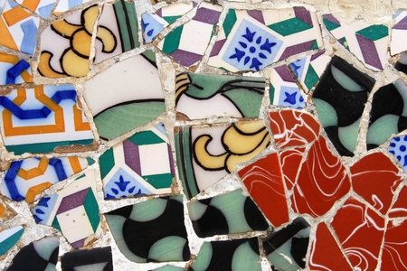 modernisme: BARCELONA, SPAIN - SEPTEMBER 13: Colorful mosaic in famous Parc Guell on September 13, 2009 in Barcelona, Spain. Gaudis creations are on of major factors influencing tourism in Barcelona. Editorial
