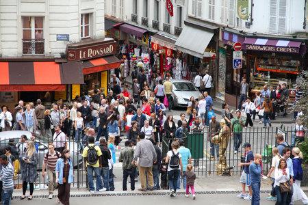 brasserie restaurant: PARIS - 22 juillet: les touristes se promener dans le quartier de Montmartre le 22 Juillet 2011 � Paris, France. Zone de Montmartre est populaire parmi les touristes � Paris, la ville la plus visit�e dans le monde entier.