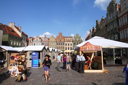 rynek: POZNAN, POLAND - JUNE 6: Tourists shop at the main square on June 6, 2011 in Poznan, Poland. With 1.7m visitors (2006 data) Poznan is the 3rd most visited city in Poland.