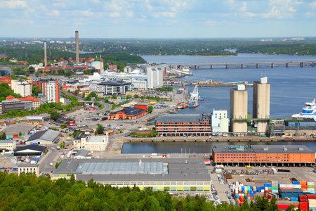 Lagerhallen, Fabriken und Silos in Stockholm Seehafen. Schweden.