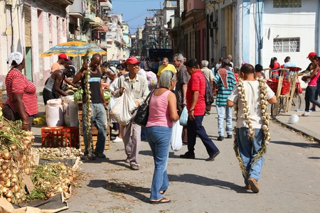 HAVANA - FEBRUARY 26: Cubans shop in the street on February 26, 2011 in Havana, Cuba. Farmer's markets are very popular in Cuba even in large cities due to general shortage of goods (result of embargos). Stock Photo - 11817446