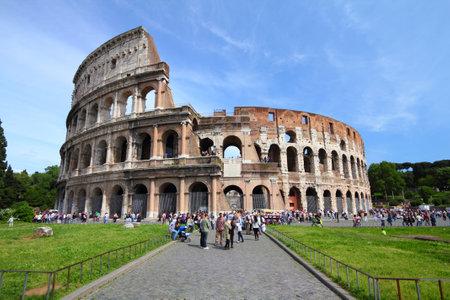 roma antigua: ROMA - 09 de mayo: Los turistas visitan el Coliseo el 9 de mayo de 2010 en Roma, Italia. Seg�n el ranking de destino de Euromonitor, Roma es la tercera ciudad m�s visitada de Europa (5,5 millones de llegadas de turistas internacionales de 2009)