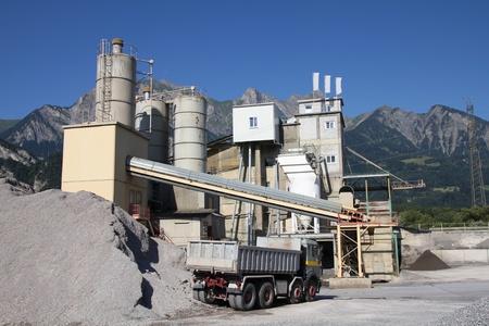 st  gallen: F�brica de cemento con los Alpes de fondo. Cant�n de Sankt Gallen, Suiza.