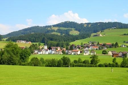 st  gallen: Suiza - peque�os pueblos y verdes pastos. Campo del cant�n de St. Gallen. Foto de archivo