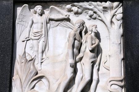 Mailand, Italien. Alte biblische Szene der Bildhauerei an der Monumental Cemetery (Cimitero Monumentale). Religiöse Kunst der Darstellung der Vertreibung Adams und Evas aus dem Garten Eden.