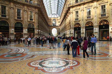 vittorio emanuele: MILAN - OCTOBER 7: Vittorio Emmanuele II shopping gallery on October 7, 2010 in Milan, Italy. Inaugurated in 1865, the gallery claims to be the oldest shopping center worldwide.