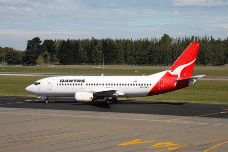 operates: Christchurch, Nuova Zelanda - 18 marzo: Qantas Boeing 737 il 18 marzo 2008 a Christchurch Airport, Nuova Zelanda. A partire dal 2012, Qantas opera 63 B737 con altri 19 in ordine. Editoriali