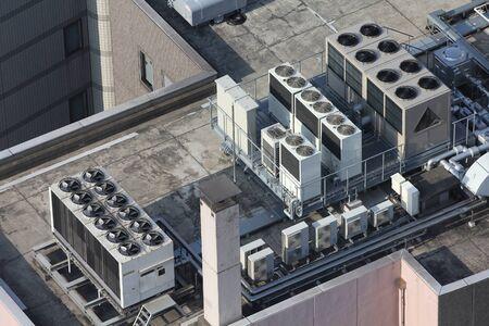 rooftop: Uitlaatopeningen van industriële airconditioning en ventilatie-units. Wolkenkrabber dak in Tokyo, Japan.