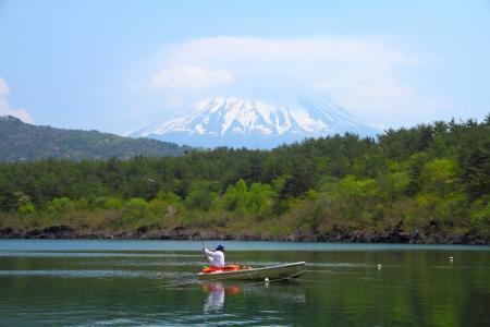 saiko: Japan landscape with Mount Fuji - Lake Saiko fisherman and the famous volcano. Part of Fuji Five Lakes in Fuji-Hakone-Izu National Park Stock Photo