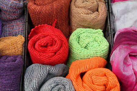 bufandas: Bufandas de lana - artesan�a japonesa en un puesto del mercado en Kyoto, Jap�n
