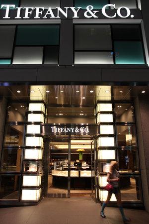 bn: TOKIO - 08 de mayo: Shopper sale de la tienda Tiffany & Co. 08 de mayo 2012 en el distrito de Ginza, Tokio. Seg�n Millward Brown, Tiffany & Co es una de las 10 principales marcas de lujo m�s valiosas - valoradas en $ 2.38 mil millones de d�lares.