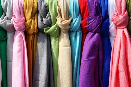 Colorful scarves at a market in Italy. Colors of textiles. Imagens