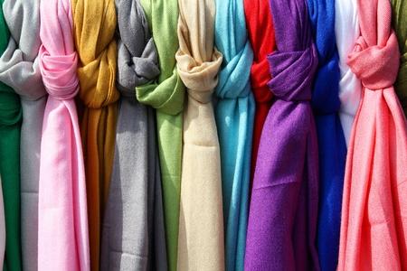 sciarpe: Sciarpe colorate in un mercato in Italia. I colori dei tessuti. Archivio Fotografico