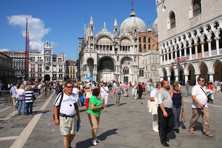베니스 -9 월 17 일에 (서) : 관광객 2009 년 9 월 17 일 세인트 마크 광장, 베니스, 이탈리아에서 산책. Euromonitor 베니스에 따르면 2006 년에 세계에서 가장 많이 방문한 도시는 26 번째입니다.