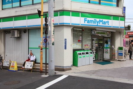 family mart: TOKYO - 19 APRILE: Mart Famiglia minimarket il 19 aprile 2012 a Tokyo, Giappone. FamilyMart � una delle pi� grandi catene di negozi in franchising convenienza in Giappone con 7.604 negozi (2012).