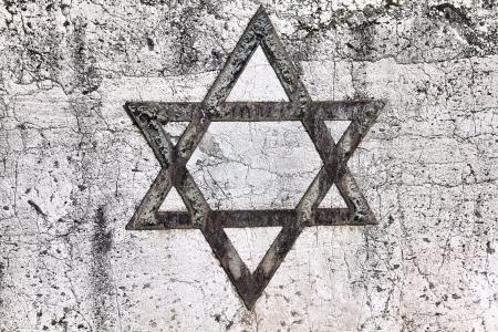 etoile juive: �toile de David - symbole juif sur une vieille tombe en h�breu � Milan, en Italie.