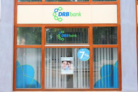 KAPOSVAR, Węgry - 11 sierpnia: DRB oddziału banku w dniu 11 sierpnia 2012 w Kaposvar, Węgry. DRB Banku istnieje od 1957 roku i obecnie posiada 38,3 miliardów forintów (172 mln USD) w aktywach. Publikacyjne