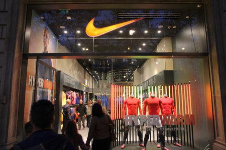BARCELONA, SPANIEN - 6. November: Kunden besuchen Nike Store am 6. November 2012 in Barcelona, ??Spanien. Nike ist einer der bekanntesten Modemarken. Es existiert seit 1964 und hatte 19 Mrd. US $ Umsatz (2010).