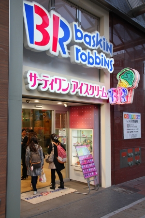 robins: KOBE, JAPAN - APRIL 23: Customers enter Baskin Robins on April 23, 2012 in Kobe, Japan. The ice cream parlor franchise exists since 1945 and has 5,800 locations in 30 countries (2012).