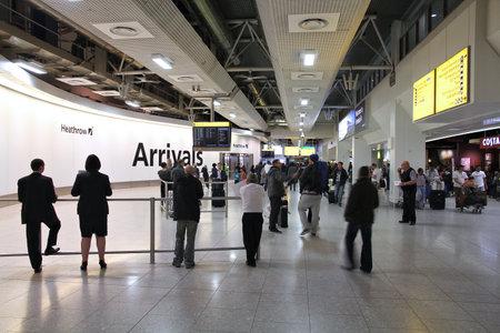LONDON - 13. Mai: Reisende kommen auf dem Flughafen Heathrow am 13. Mai 2012 in London. Heathrow ist weltweit verkehrsreichsten Flughäfen im internationalen Passagierverkehr seit 2000 (64,7 Millionen in 2011).