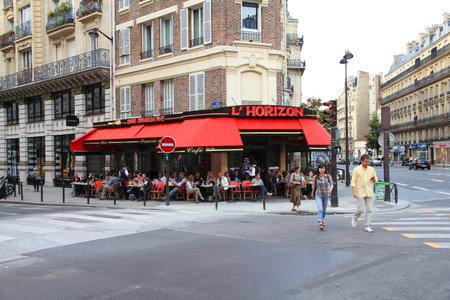 PARIS - 24. Juli: Touristen essen in L'Horizon Restaurant am 24. Juli 2011 in Paris, Frankreich. Paris ist die meistbesuchte Stadt der Welt mit 15,6 Millionen internationale Ankünfte im Jahr 2011.
