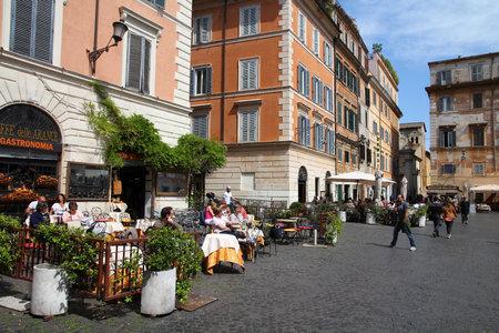 ROME - APRIL 10: Menschen besuchen Altstadt Trastevere am 10. April 2012 in Rom. Laut Euromonitor, ist Rom die dritte meistbesuchte Stadt in Europa (5,5 Mio. internationalen Ankünften 2009) Editorial