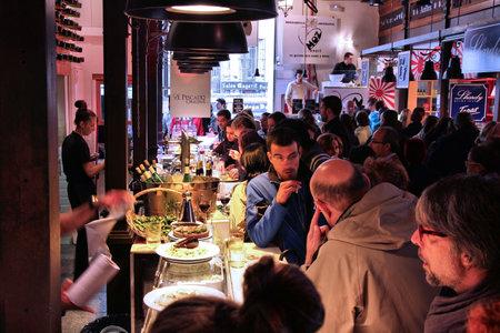 MADRID - 21. Oktober: Menschen essen zu Mercado San Miguel am 21. Oktober 2012 in Madrid. Laut Tripadvisor, ist es die zweite Top-Shopping-Destination in Madrid.