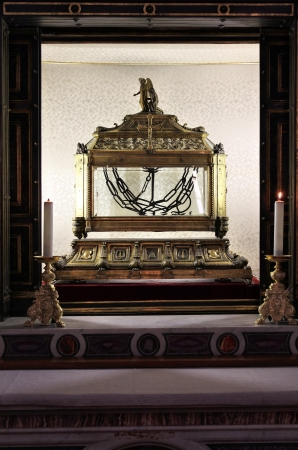 vincoli: ROME - MAY 11: Interior of famous Church of Saint Peter in Chains on May 11, 2010 in Rome, Italy. The church was consecrated in year 439. Depicted reliquary containing the chains of St. Peter. Editorial