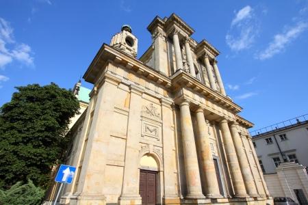 neocl�sico: Varsovia, Polonia - Carmelo iglesia en la famosa calle Krakowskie Przedmiescie. Arquitectura neocl?sica. Foto de archivo
