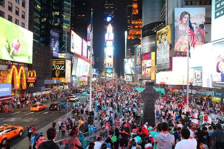 new york times square: NUEVA YORK - 01 de julio: personas visitan Times Square el 01 de junio 2013 en Nueva York. Times Square es uno de los monumentos m�s reconocidos en el mundo. M�s de 300.000 personas pasan por Times Square diaria.