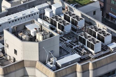 Abluft?ffnungen von industriellen Klima-und L?ftungsger?ten. Wolkenkratzer auf dem Dach in Tokio, Japan. Lizenzfreie Bilder