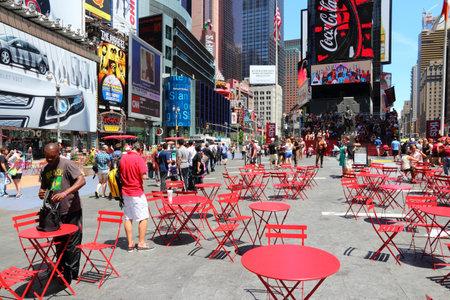 new york times square: NUEVA YORK - 07 de julio: La gente visita Times Square el 7 de julio de 2013 en Nueva York. Times Square es uno de los monumentos m�s reconocidos en el mundo. M�s de 300.000 personas pasan por Times Square diaria. Editorial