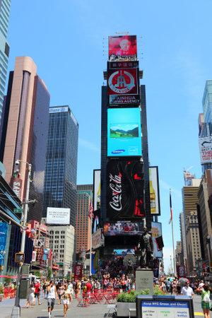 new york time: NUEVA YORK - 07 de julio: La gente visita Times Square el 7 de julio de 2013 en Nueva York. Times Square es uno de los monumentos m�s reconocidos en el mundo. M�s de 300.000 personas pasan por Times Square diaria. Editorial
