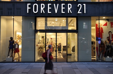 bn: VIENNA - SEPTEMBER 4: Shopper walks past Forever 21 store on September 4, 2011 in Vienna. Forever 21 fashion label has 480 stores worldwide and had USD 2.6 bn revenue in 2011. Editorial