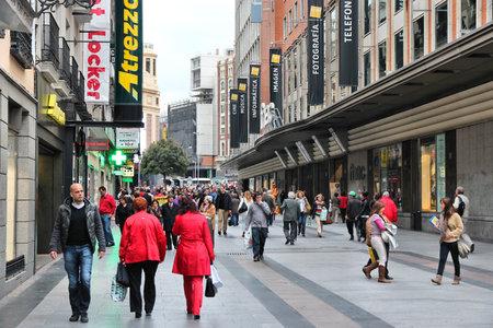MADRID - 24. Oktober: Die Leute kaufen die Innenstadt am 24. Oktober 2012 in Madrid. Madrid ist ein beliebtes Tourismus-Destinationen mit 3,9 Millionen Besuchern jährlich geschätzt (offizielle Daten).