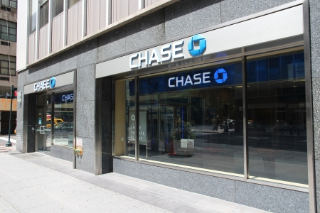 NEW YORK - JULY 4: Chase Bank branch on July 4, 2013 in New York. JPMorgan Chase Bank is one of Big Four Banks of the US. It has 5,100 branches and 16,100 ATMs. Publikacyjne