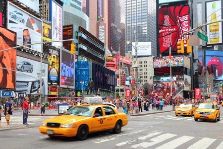 NEW YORK - 4. Juli: Die Leute besuchen Times Square am 4. Juli 2013 in New York. Times Square ist einer der bekanntesten Wahrzeichen der Welt. Mehr als 300.000 Menschen passieren täglich Times Square.