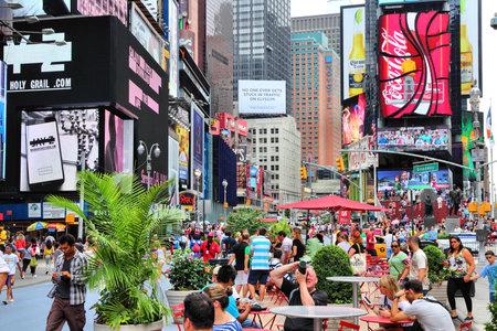 new york time: NUEVA YORK - 03 de julio: La gente visita Times Square, el 3 de julio de 2013 en Nueva York. Times Square es uno de los monumentos m�s reconocidos en el mundo. M�s de 300.000 personas pasan por Times Square diaria. Editorial