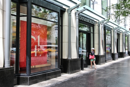 magnificent mile: CHICAGO - JUNE 26: Shopper enters Banana Republic store at Magnificent Mile on June 26, 2013 in Chicago. The Magnificent Mile is one of most prestigious shopping districts in the United States.