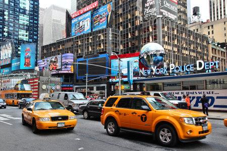 new york time: NUEVA YORK - 02 de julio: Los taxis en coche a lo largo de Times Square el 2 de julio de 2013 en Nueva York. Times Square es uno de los monumentos m�s reconocidos en el mundo. M�s de 300.000 personas pasan por Times Square diaria.