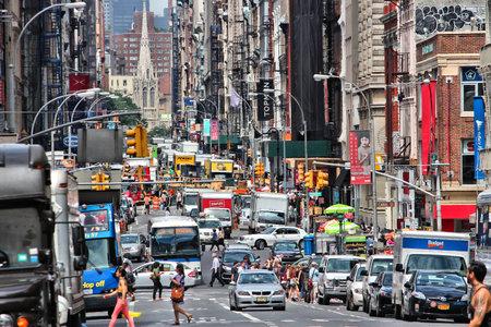 NEW YORK - 4. Juli: Die Menschen gehen auf der West Broadway am 4. Juli 2013 bei Tribeca Bezirk, New York. Fast 19 Millionen Menschen leben in New York City Metropolregion.
