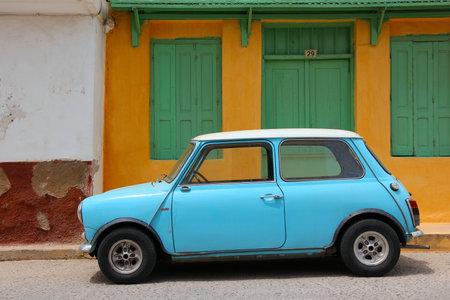 Rethymnon, Griechenland - MAY 23: Mini Cooper Auto am 23. Mai 2013 bei Rethymnon, Kreta, Griechenland geparkt. Mini Cooper ist ein beliebter Oldtimer-Autos in Großbritannien in den 1960er Jahren der 1990er Jahre hergestellt. Editorial