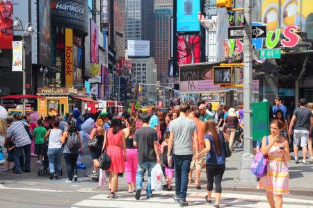 new york time: NUEVA YORK - 02 de julio: La gente visita Times Square el 2 de julio de 2013 en Nueva York. Times Square es uno de los monumentos m�s reconocidos en el mundo. M�s de 300.000 personas pasan por Times Square diaria.