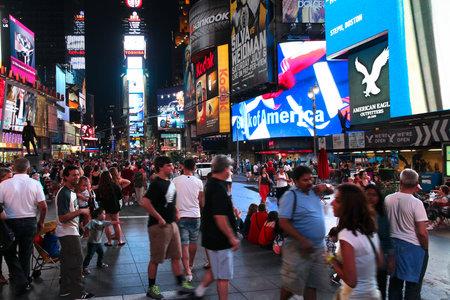 new york times square: NUEVA YORK - 01 de julio: La gente visita Times Square el 1 de julio de 2013 en Nueva York. Times Square es uno de los monumentos m�s reconocidos en el mundo. M�s de 300.000 personas pasan por Times Square diaria.