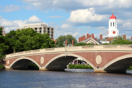 ivy league: Cambridge, Massachusetts in the United States. Famous Harvard University campus with Charles River bridge.