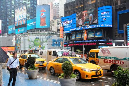 new york time: NUEVA YORK - 10 de junio: Los taxis en coche a lo largo de Times Square el 10 de junio de 2013 en Nueva York. Times Square es uno de los monumentos m�s reconocidos en el mundo. M�s de 300.000 personas pasan por Times Square diaria.