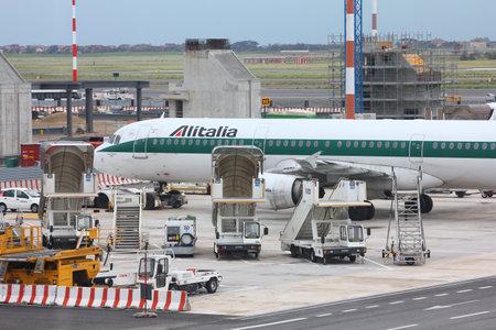 bn: ROMA - 11 de abril: Airbus A321 de Alitalia en el aeropuerto de Fiumicino el 11 de abril de 2012 en Roma. Alitalia ten�a 3,59 millones de euros de ingresos en 2012, pero sufri� una p�rdida neta.